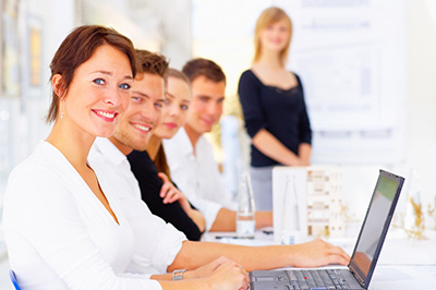 un groupe de travailleurs créatifs et souriants en pleine réunion
