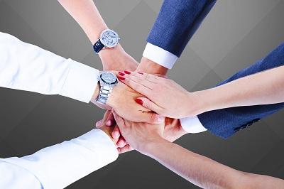des employés se motivent ensemble travail d'équipe